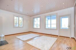 Kodin olohuone on tilava ja valoisa.