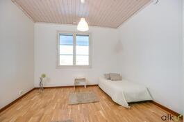 Alakerran toinen makuuhuone on myös reilun kokoinen.