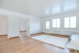 Yläkerran aulan voit sisusta oleskelutilaksi, perheen yhteiselle ajalle.