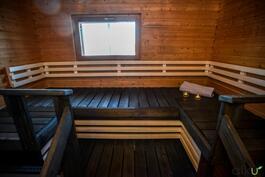 Sauna on tyylikäs ja tilava.