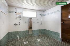Iso kylpyhuone ja saunatila