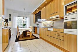 Ajattoman tyylikäs keittiö/ Stiligt och tidlöst kök.