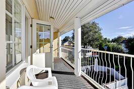 Parvekkeelle kulku päämakuuhuoneesta/ Utgång till balkongen fr. master bedroom.
