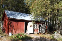 Piharakennuksessa sijaitsee sauna ja varastot