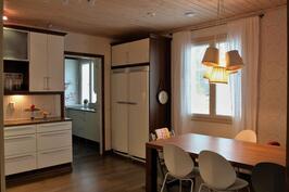 Keittiössä korkea jääkaappi ja pakastetorni.