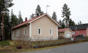 Talon kadun puoleinen pääty. Päätyikkunat ovat MH 1 ja MH 2 ikkunoita