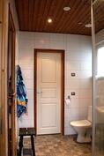 Kylpyhuone, ovi MH 3:n, vanhempien kamariin.