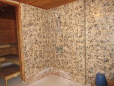 ... laatoitetut kylpyhuonetilat sekä...