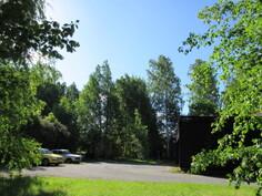 N. 1380 m2 tontti on koivujen rajaama ja rajoittuu osin myös puistoalueeseen! Yksi huoneisto nyt vuokrattu (480 e/kk).