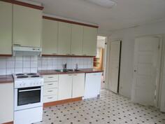Kuvaa 85 m2 läpitalon olevasta 2. kattohuoneistosta, jossa siisti keittiö, ...