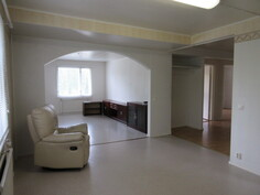 ... ja muutenkin osin myös pinnoissa (kuvaa läpitalon olevasta 1. kattohuoneiston keittiöstä ja olohuoneesta)!