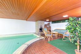 Yhtiön tiloissa takkahuone uima-altaan kera