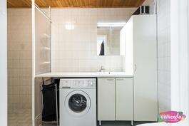 Kylpyhuoneessa tilaa pyykkihuollolle
