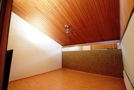 111m2 olohuone saa valonsa yläikkunoista