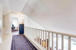 näkymää yläkerroksen käytävästä ja kattorakenteesta