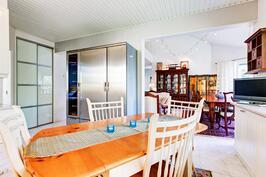 keittiöstä avautuvaa näkymää olohuoneeseen