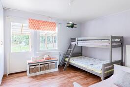 Makuuhuone, käynti terassille