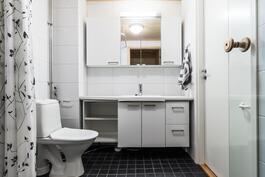 Tilava pesuhuone, jossa toinen wc-tila.