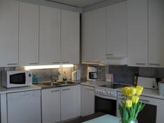 V. -11 uudistettu keittiökaapistot ja uudehkot keittiökoneet.