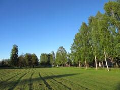 N. 100 m Sataedu -keskiasteen ammattikouluun ja 1 km lähikauppaan sekä lähellä lisäksi laajahko kaupungin puistoalue!