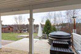 Osittain katettuun eteläpuolen terassiin on upotettu kylpytynnyri