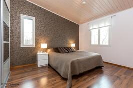 Master bedroom, jonka yhteydessä liukuovellinen walk in closet