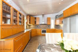 Keittiössä on tilaa perheen kokki kolmosen loihtia herkkujaan