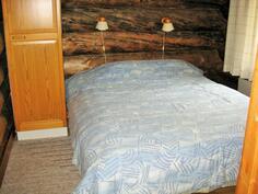 hyvänkokoinen makuuhuone, jossa vaatekomerotilaa