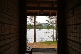 Näkymä rantasaunasta järvelle. Takana Konttainen.