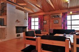 Huikean kokoinen olohuone, jossa tilaa takalle