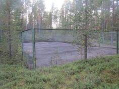 Juuri kunnostettu tenniskenttä ja vieressä sulkapallokenttä