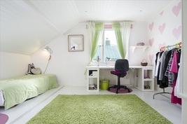 Yläkerran yksi makuuhuoneista