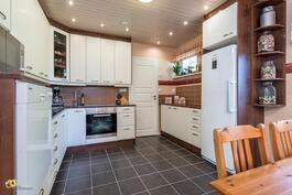 Saneerattu keittiö lattialämmöllä
