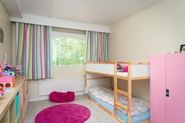 Isompi makuuhuone tällä hetkellä lastenhuoneena