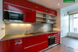 Tyylikkäät kirkkaan punaiset lasipintaiset keittiökaapistot