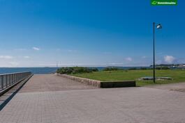 Vieressä merenranta ja Pyhän Birgitan puisto