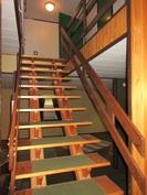 Talon sisäpinnat siistiä retroa, talon yläkertaan vie idylliset portaat ja ...
