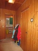 Kuvassa pukuhuonetilan lämmintä puupintaseinää!