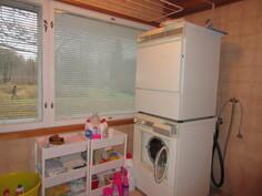 2000-luvulla remontoidussa kylpyhuonetilassa myös tilaa hyvin pesutornille!