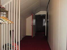 Kuvassa yläkerran aulatilaa, josta käynti myös ...
