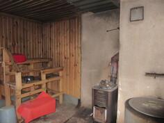 ... kuvaa pihasaunan saunasta, jossa puulämm. pata ja kiuas!