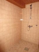 Kuvassa 2000-luvulla remontoitua kylpyhuonetilaa/suihkunurkkausta!