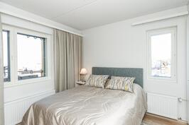 Makuuhuoneessa ikkunat kahteen ilmansuuntaan