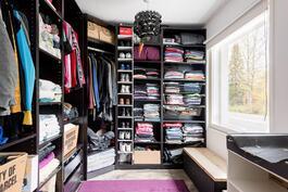 Nykyisillä asukkailla on yksi makuuhuone (4/4) pukeutumishuoneena. Tarvittaessa tästä neljäs makuuhuone!