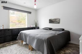 Makuuhuone (1/4), jonka yhteydessä on pukeutumishuone.