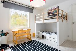 Makuuhuone (2/4), jossa lasten leikkiparvi on näppärästi ja jälkiä jättämättä purettavissa.