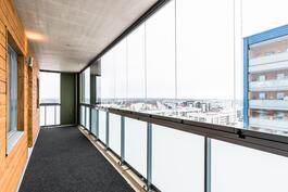 Huoneiston levyinen lasitettu parveke