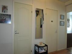 Vasemman puoleinen ovi vaatehuoneeseen, oikean puoleinen kylppäriin