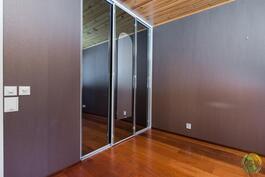 Makuuhuoneessa 1 on vaatehuoneen lisäksi myös kaapisto.