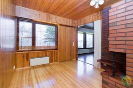 Saunasta pääsee takkahuoneen kautta terassille vilvoittelemaan.